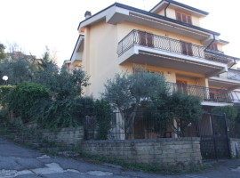 Vendita  Villino a schiera, laterale, con giardino dotato di doppia entrata Olevano Romano - Rif 7