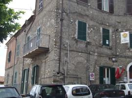 Vendita appartamento centralissimo con due camere e balcone a Olevano Romano