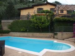 Vendita caratteristici casali ristrutturati con giardino e piscina a Olevano Romano