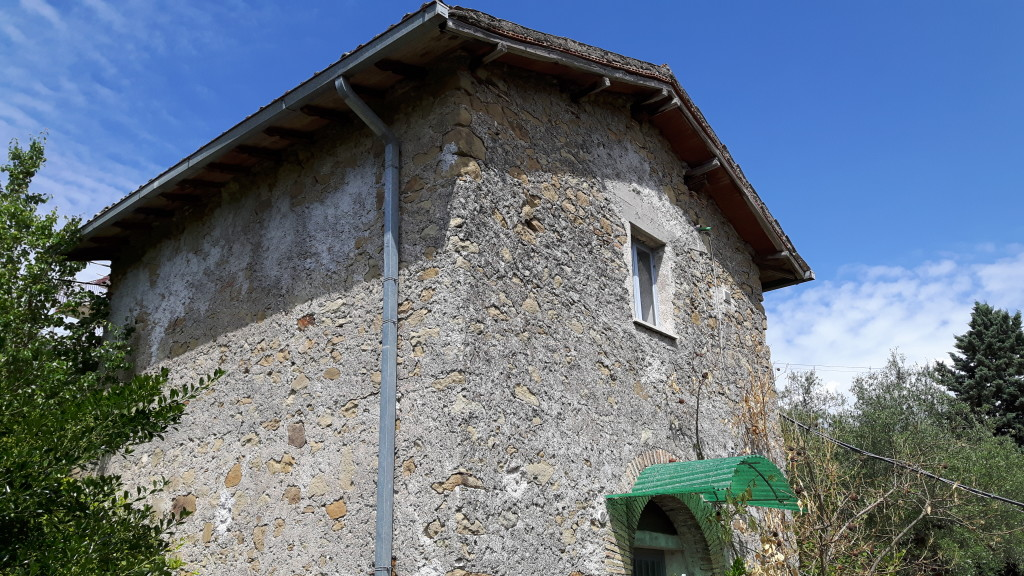 Vendita casaletto indipendente su due livelli con terreno for Seminterrato su due livelli