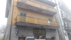 Vendita appartamento centrale da ristrutturare con tre camere a Roiate