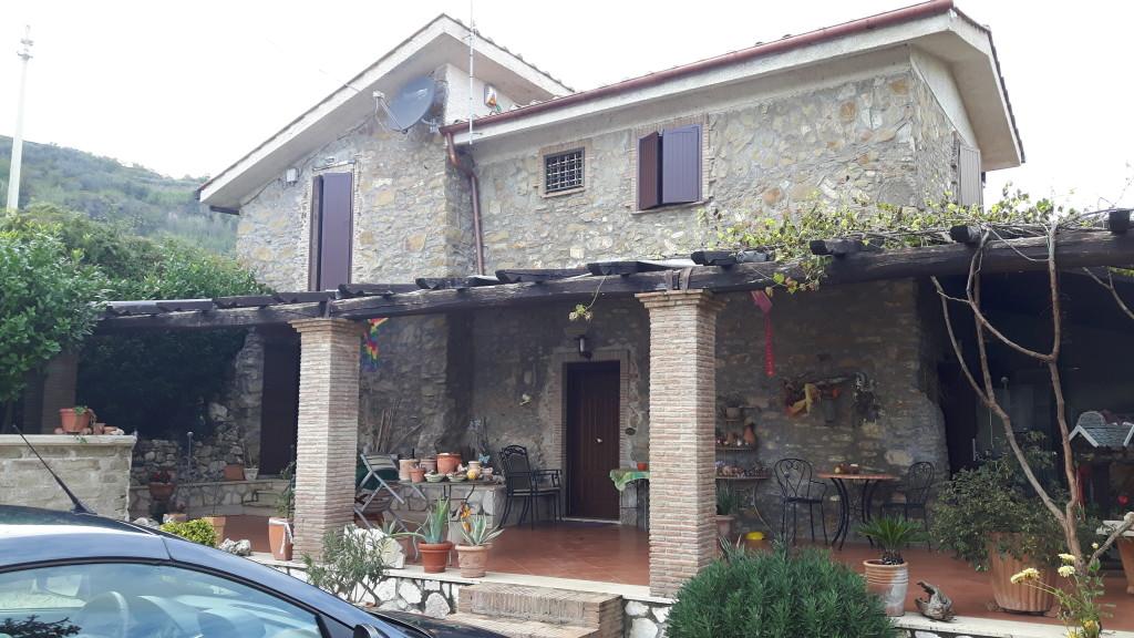 Vendita casale in pietra ristrutturato con giardino a olevano